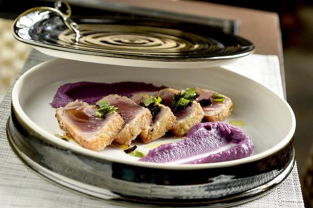 Receita: atum crispy com purê de batata roxa (Foto: Divulgação)