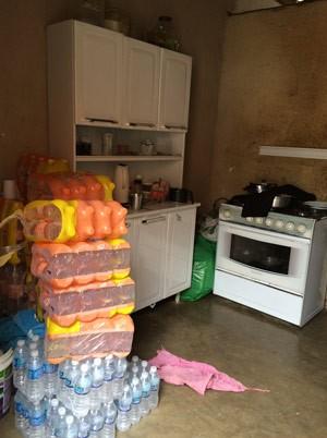 Estoque de água mineral na cozinha de Juliana (Foto: Flávia Mantovani/G1)