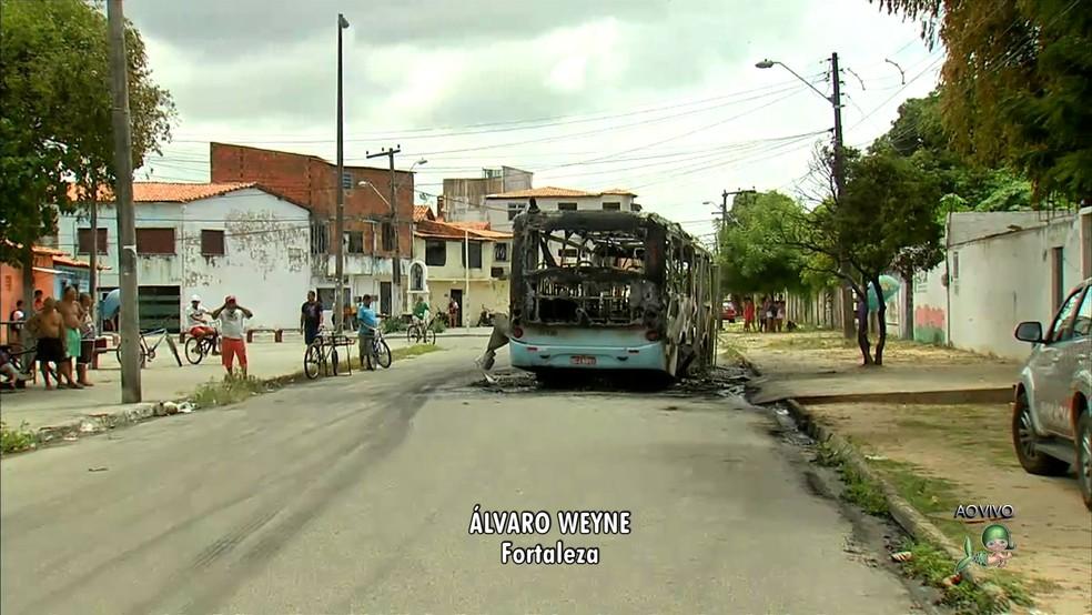 Ônibus são incendiados em Fortaleza em onda de violência que ocorre na cidade desde quarta-feira (Foto: TV Verdes Mares)