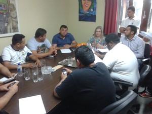 Reunião entre taxistas e a CTMac aconteceu nesta quarta-feira (4) (Foto: John Pacheco/G1)