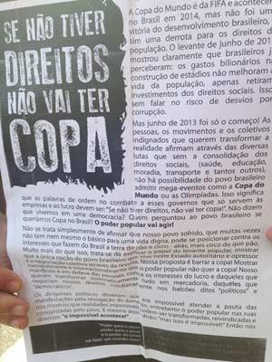Manifesto foi lido pelo grupo (Foto: Tatiana Santiago/G1)