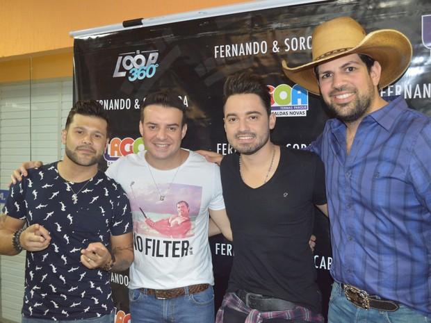 Duplas Fernando e Sorocaba e Marcos e Belutti se apresentaram em Santos (Foto: Rafaella Mendes/G1)