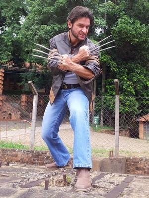 Garras são confeccionas especialmente para ele em Santa Catarina (Foto: Claudia Assencio/G1)