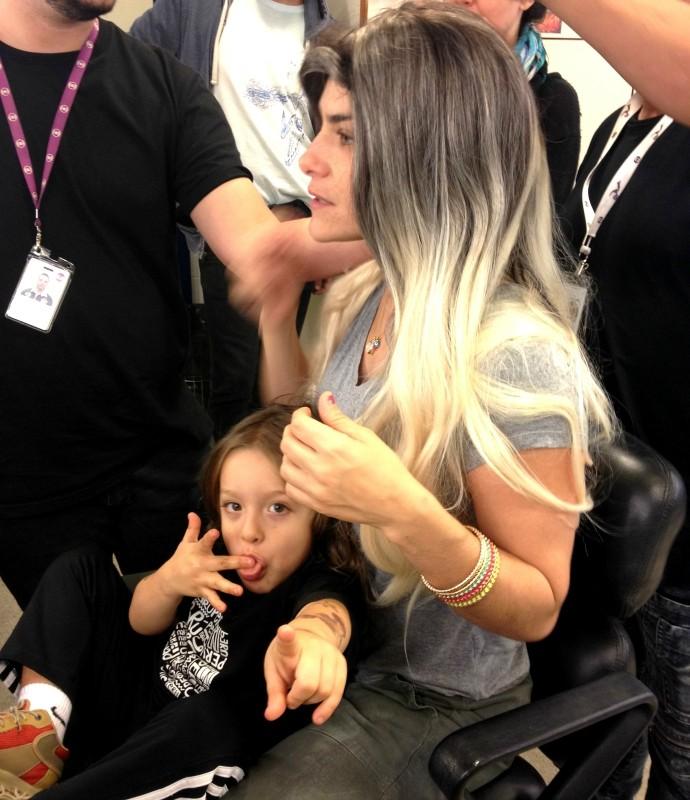Priscila Fantin e o filho Romeo nos bastidores de Tomara que Caia (Foto: Adam Scheffel/Gshow)
