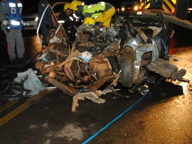 Os dois ocupantes do veículo morreram  (Foto: Oséias Inácio/Divulgação)