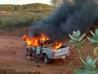 População incendeia carro da polícia após acidente que matou 2 pessoas