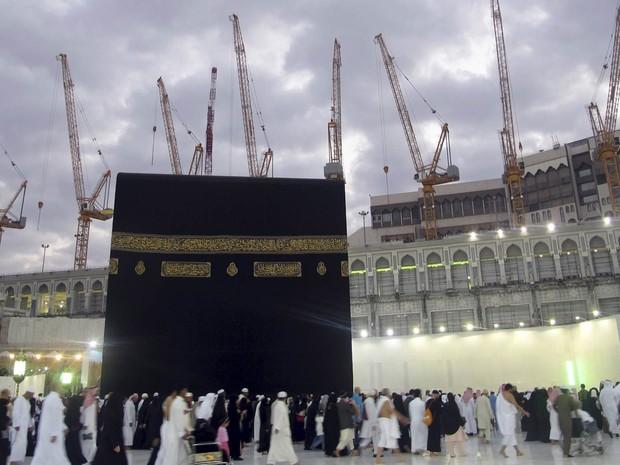 Imagem de arquivo mostra vários guindastes com as estruturas suspensas ao redor da Grande Mesquita de Meca (Foto: Amr Abdallah Dalsh/Reuters/Arquivo)