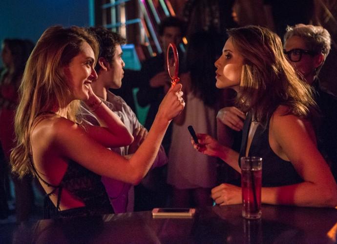 Isso que é amiga! Isabelle dá aquela ajudinha básica a Letícia conseguir dar os retoque finais (Foto: Felipe Monteiro/Gshow)