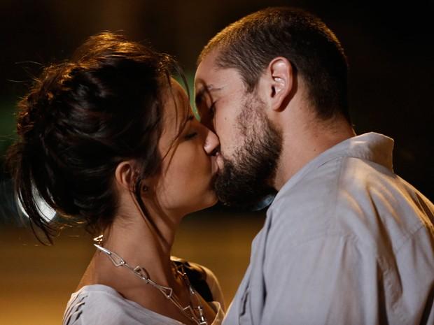 Maria Clara e Vicente se beijam na frente do restaurante (Foto: Inácio Moraes/Gshow)
