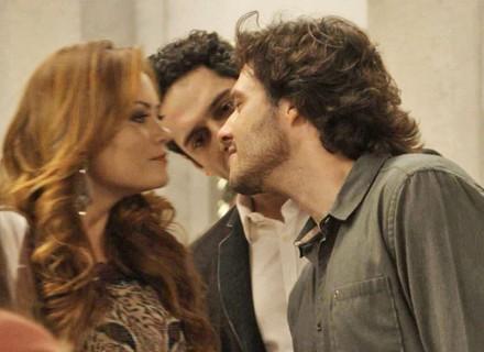 Leonora e Henrique dão selinho para enganar Beto