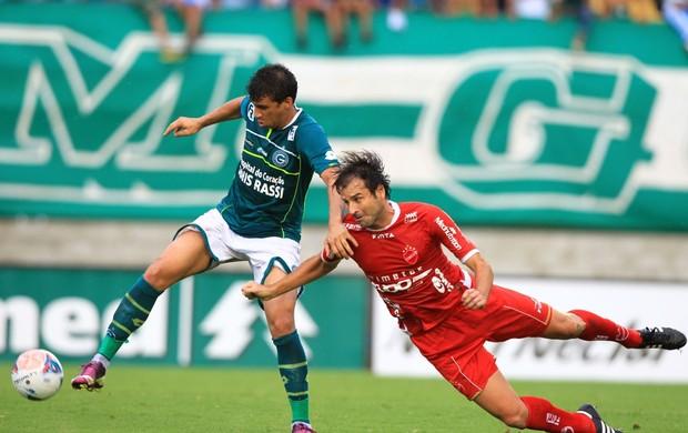 Neto Baiano e Neto Gaúcho disputam a bola no clássico entre Goiás e Vila Nova (Foto: Wildes Barbosa / O Popular)