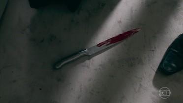 Magnólia deixa cair faca com sangue