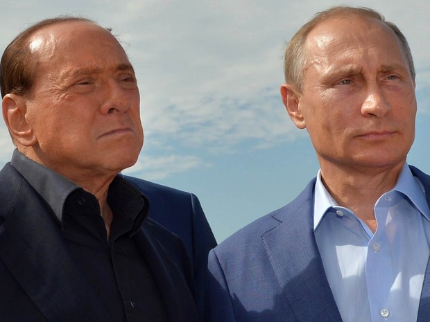 O presidente da Rússia, Vladimir Putin (dir.) e o ex-primeiro-ministro da Itália, Silvio Berlusconi, visitam um memorial aos soldados da região de Sardinha mortos na Guerra da Crimeia, perto do Monte Gasfort e de Sevastopol, na Crimeia (Foto: Alexei Druzhinin/RIA-Novosti/Kremlin Pool/AP)
