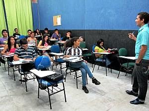 Diretor financeiro do AltPet, Jonas Gomes, leciona voluntariamente (Foto: Anderson Vasconcelos/G1AM)