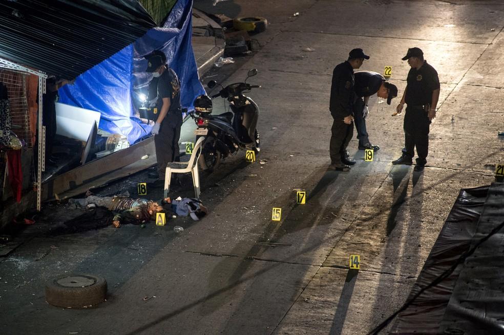 Corpo de uma das vítimas após explosão em Manila, capital das Filipinas, neste sábado (6) (Foto: NOEL CELIS/AFP)