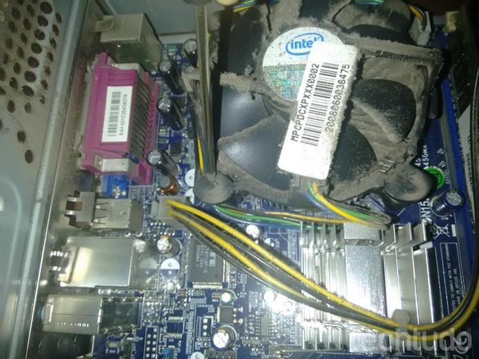 Retirada do cooler do processador da placa-mãe (Foto: Raquel Freire/TechTudo)
