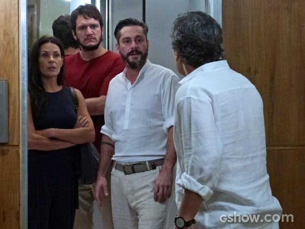 Líder Jorge dá de cara com Hermes, mas consegue escapar (Foto: Além do Horizonte/TV Globo)