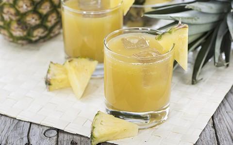 Suco detox de abacaxi com maçã