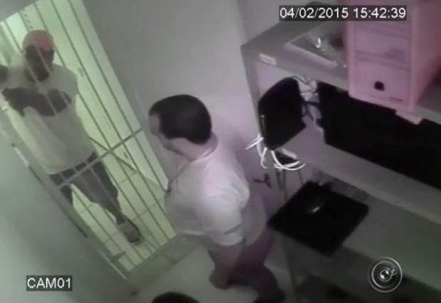 Imagens do circuito interno mostram momento que funcionários são presos no estoque (Foto: Reprodução / TV TEM)