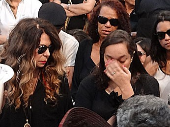 Elba Ramalho e Liv Moraes, no velório de Dominguinhos (Foto: Katherine Coutinho / G1)
