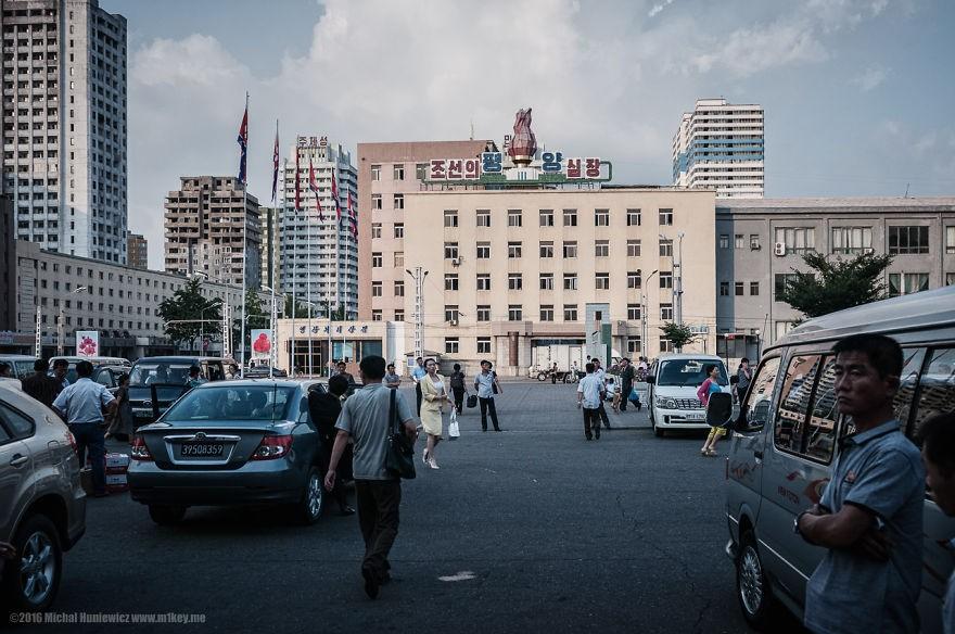 Na capital Pyongyang, o fotógrafo não foi autorizado a dar um passo fora das rotas traçadas e acompanhadas pelo guia do governo (Foto: Michal Huniewicz)