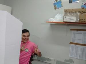 Eleições 2016 - Teresina-PI - Candidato Amadeu Campos(PTB) na cabine de votação (Foto: Joana D'arc)