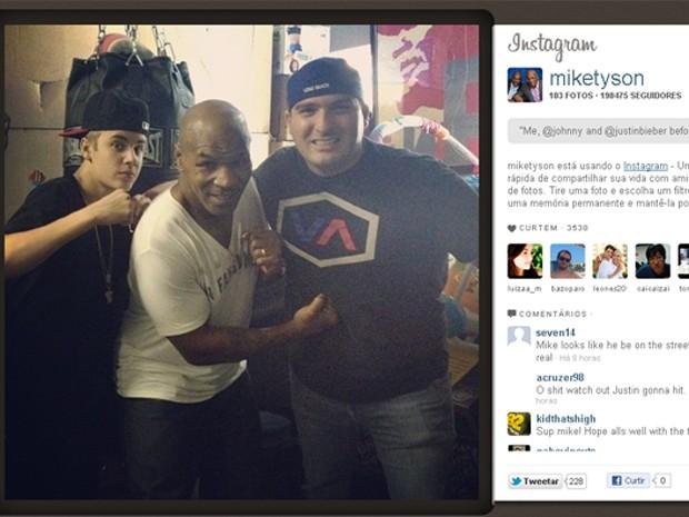 Foto postada por Mike Tyson no Twitter, com Justin Bieber e um outro amigo, identificado como John Shahidi (Foto: Reprodução)
