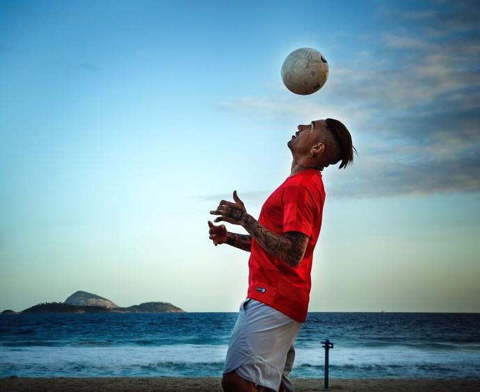Guerrero controla a bola com o céu da Cidade Maravilhosa ao fundo (Foto: Divulgação)