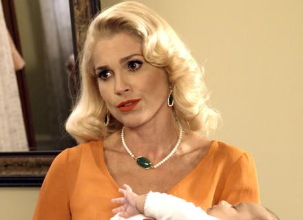 Sandra segura bebê de Maria e faz ameaça