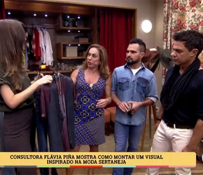 Zezé di Camargo e Luciano ouvem dicas de consultora de moda (Foto: É de Casa / Gshow)