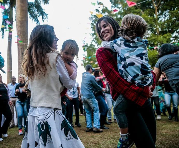 Ana Maria recebe a família para a sua festa junina (Foto: Maurício Epov)