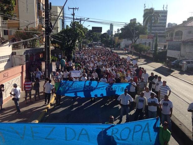 Passeata dos policiais passa pela Conde da Boa Vista (Foto: Débora Soares /  G1)