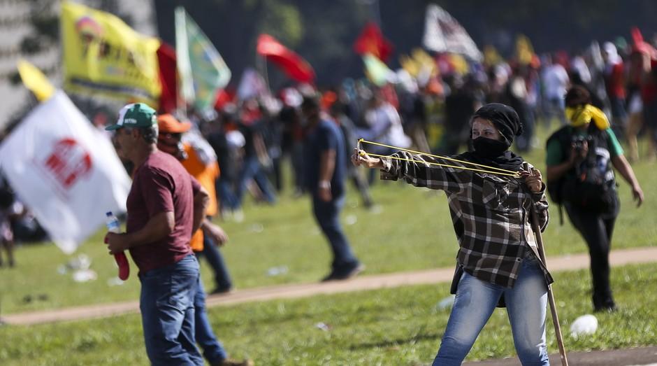 Manifestantes entram em conflito com a polícia durante protesto contra o governo Temer (Foto: Agência Brasil)