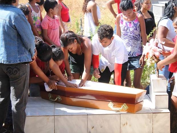 Criança foi sepultada na manhã desta quarta-feira (2) (Foto: Weslley Paz/Portal Campo Maior em Foco)