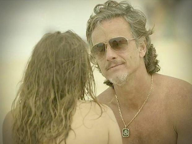 Esperto, Max se oferece para acompanhá-la (Foto: Avenida Brasil/TV Globo)