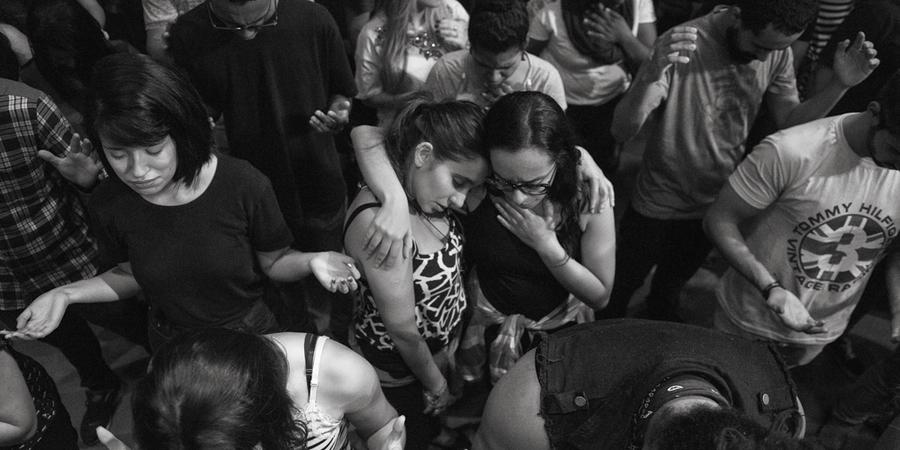 Culto evangélico com jovens em São Paulo (Foto: Abre Ignacio Aronovich / Lost Art/ÉPOCA)