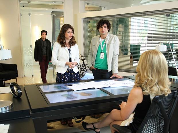 Jonas vai até a Marra Brasil e entra na sala de Pamela Parker (Foto: Carol Caminha/TV Globo)