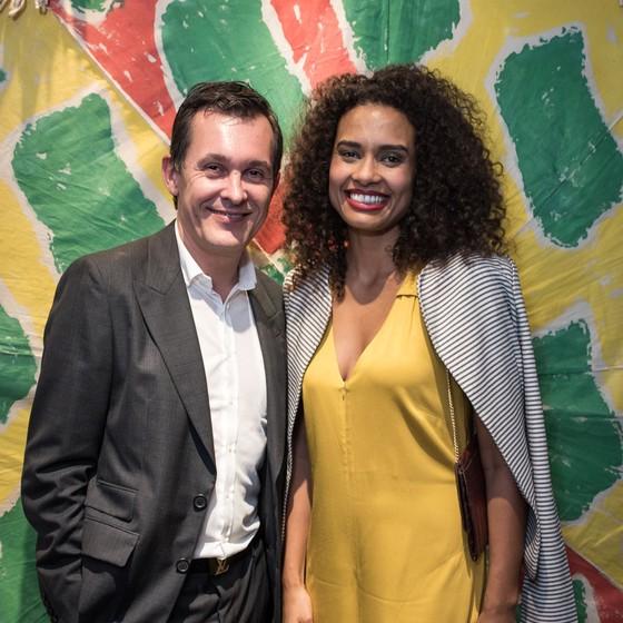 Brice Roquefeuil, cônsul da França no Rio de Janeiro e a atriz Aisha Jambo (Foto: Divulgação)