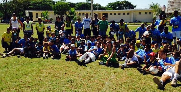 Visita aos jogadores do Montes Claros (Foto: Assessoria/Montes Claros FC)