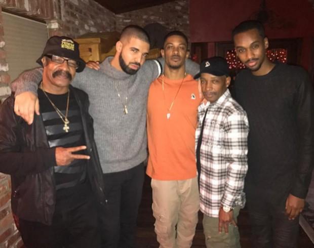 Drake e amigos semanas antes da cantor usar o colar dele (Foto: Reprodução)