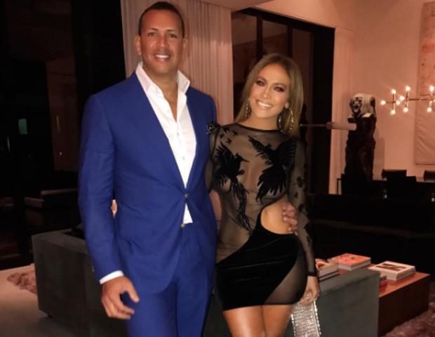 Com look ousado, Jennifer Lopez e o namorado festejam aniversário duplo