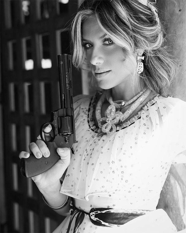 Giovanna Ewbank empunha um revólver em clipe de Simone e Simaria (Foto: Reprodução/Instagram)