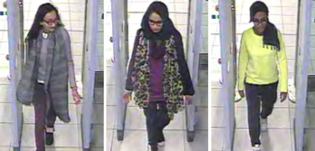 Imagens da polícia de Londres mostram as adolescentes Kadiza Sultana, de 17 anos, Shamima Begum e Amira Abase, ambas de 15, passando pelo controle de segurança no aeroporto de Gatwick antes de pegar um voo para a Síria no dia 17 de fevereiro (Foto: Metropolitan Police/AP)