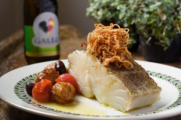 Bacalhau Confitado no Azeite com Batatinhas e Cebolas Douradas (Foto: Divulgação)