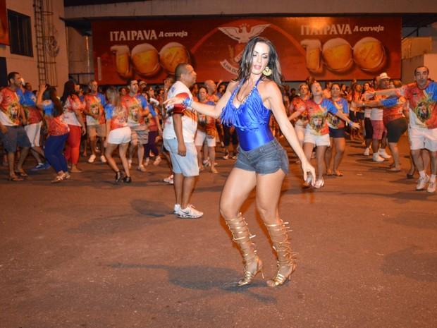 Carla Prata em ensaio da escola de samba carioca União da Ilha, na Zona Norte do Rio (Foto: Rodrigo Mesquita/ Divulgação)