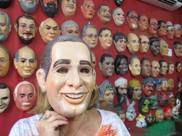 Dona da fábrica, Olga Valles experimenta máscara de Eduardo Campos (Foto: Gabriel Barreira/G1)