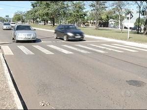 Carros devem diminuir a velocidade para 40Km/h quando chegarem próximo da faixa (Foto: Reprodução/TV Anhanguera)