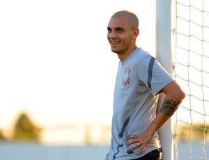 Fabio Santos treino Corinthians (Foto: Marcos Ribolli / Globoesporte.com)