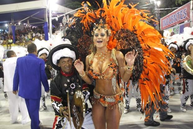 Lucilene Caetano desfila pela Inocentes de Belford Roxo na Sapucaí (Foto: Marcos Ferreira / Foto Rio News)