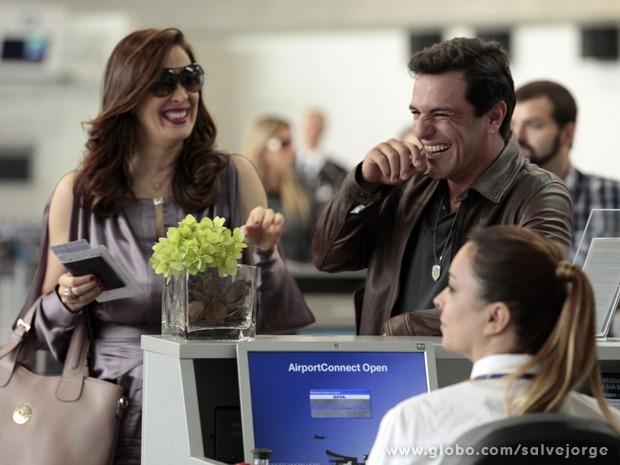 Gargalhada boa! Lombardi e Claudia morrem de rir durante intervalo (Foto: Salve Jorge/TV Globo)